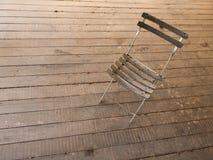 Der alte Stuhl auf einem Bretterboden Lizenzfreie Stockfotos