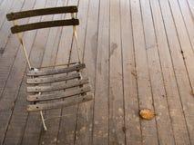 Der alte Stuhl auf einem Bretterboden Stockbilder