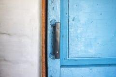Der alte Türgriff auf dem Blau malte Tür Stockfotos