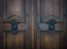 Der alte Türklopfer auf einer Holztür Lizenzfreie Stockbilder