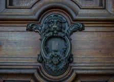 Der alte Türklopfer auf einer Holztür Lizenzfreie Stockfotografie