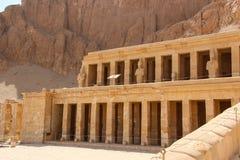 Der alte Tempel der Liebe von Hatshepsut nahe Luxor in Ägypten in einer felsigen Schlucht nahe dem Tal der Könige Stockbild