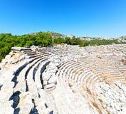 der alte Tempel und das Theater in termessos Antalya-Truthahnasien-Himmel Lizenzfreie Stockfotografie