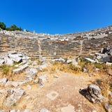 der alte Tempel und das Theater in termessos Antalya-Truthahnasien-Himmel Lizenzfreies Stockfoto