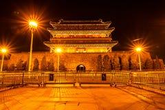 Der alte traditionelle chinesische Pfeil-Turm in der Nacht, wie bekannt als Bogenschießenturm oder Jian Lou auf Chinesisch gelege stockfotos
