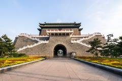 Der alte traditionelle chinesische Pfeil-Turm, wie bekannt als Bogenschießenturm oder Jian Lou auf Chinesisch gelegen bei Zhengya stockfotografie
