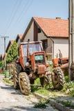 Der alte Traktor geparkt in der Straße lizenzfreie stockfotos