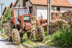 Der alte Traktor geparkt in der Straße stockfotos