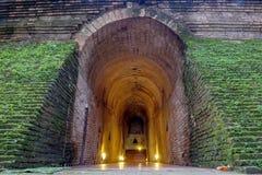 Der alte Tunnel und die Statue Buddha im Tempel bei Chiang Mai, Th Stockbilder