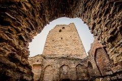 Der alte Turm im Kaukasus bei Sonnenuntergang in der Sonne Lizenzfreie Stockbilder