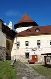 Der alte Turm im Schloss und im roten Auto Stockfoto