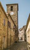 Der alte Turm von Frontino-Dorf Lizenzfreies Stockfoto