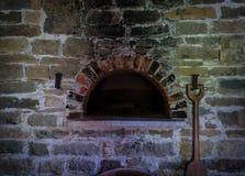Der alte und alte Ofen in einem Bauernhaus Stockbilder