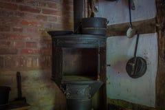 Der alte und alte Ofen in einem Bauernhaus Lizenzfreies Stockfoto