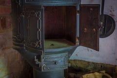 Der alte und alte Ofen in einem Bauernhaus Stockbild