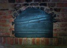Der alte und alte Ofen in einem Bauernhaus Stockfotografie