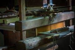 Der alte und alte Webstuhl in einem Raum Stockfotos