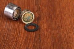 Der alte und benutzte Absperrhahn auf Holz Lizenzfreies Stockbild