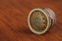 Der alte und benutzte Absperrhahn auf Holz Stockfotos