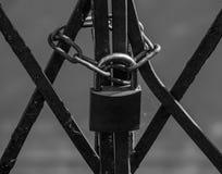 Der alte und rostige Verschluss auf einem Metalltor Stockfoto