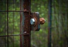 Der alte und rostige Verschluss auf einem Metalltor Lizenzfreie Stockfotografie