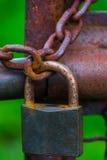 Der alte und rostige Verschluss auf Metalltor Stockfotos