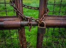 Der alte und rostige Verschluss auf Metalltor Lizenzfreie Stockfotografie