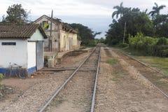 Der alte verlassene Bahnhof im äquatorialen Land Stockfotos