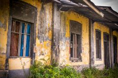 Der alte verlassene Bahnhof und das unnachgiebige lizenzfreie stockfotografie