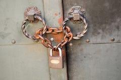 Der alte verrostete Metallverschluß in den Ketten Lizenzfreie Stockfotos