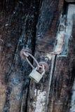 Der alte verrostete Metallverschluß in den Ketten Stockbild