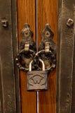 Der alte Verschluss auf einer Holztür für Druck Lizenzfreies Stockbild