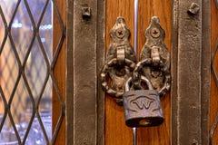 Der alte Verschluss auf einer Holztür für Druck Stockfotos
