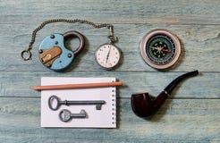 Der alte Verschluss, die Taschenuhr und der Kompass Lizenzfreies Stockbild