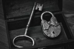 Der alte Verschluss und der Schlüssel in einer Holzkiste Lizenzfreie Stockbilder