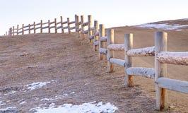 Der alte Zaun, der von hergestellt wird, meldet Winterzeit mit Schnee aus den Grund an Olkhon-Insel, der Baikalsee in Russland Lizenzfreie Stockfotos