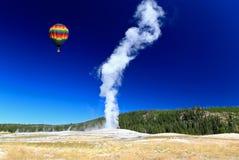 Der alte zuverlässige Geysir in Yellowstone Stockbilder