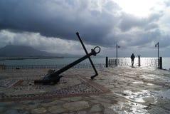 Der alten Anker des Schiffs gegen die grau-blauen Wolken lizenzfreies stockfoto