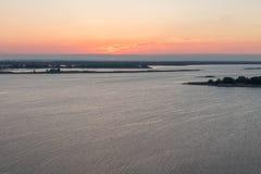 Der Anfang der Sonne, die über den Fluss steigt Die Sonne ist in der Mitte des Rahmens landschaften Stockfotografie