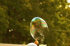 Der Anfang des Endes des Lebens einer Seifenblase Stockbild