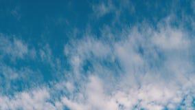 Der Anfang des Frühlinges die Wolken schwimmen gegen den blauen Himmel stock footage
