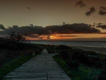 Der Anfang des Sonnenuntergangs auf Doninos-Strand Stockfoto
