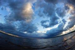 Der Anfang des Sturms auf dem Meer Lizenzfreie Stockbilder