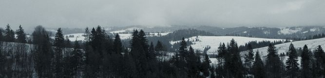 Der Anfang der Skijahreszeit in den Karpaten stockbild