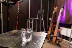Der Anfang der Wiederholung in einem Musikensemble, ein Glas Wasser für Kehle stockfotos