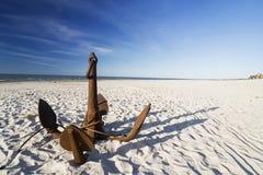 Der Anker auf dem Strand lizenzfreies stockfoto