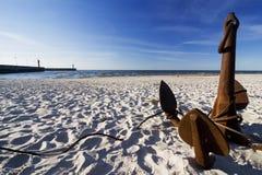 Der Anker auf dem Strand stockfotografie