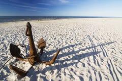 Der Anker auf dem Strand lizenzfreie stockfotos