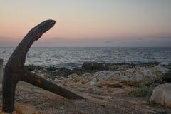 Der Anker nahe dem Meer Stockfotografie