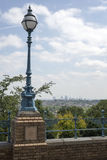 Der antiken Straßenlaterne mit London-Ansicht Stockfotografie